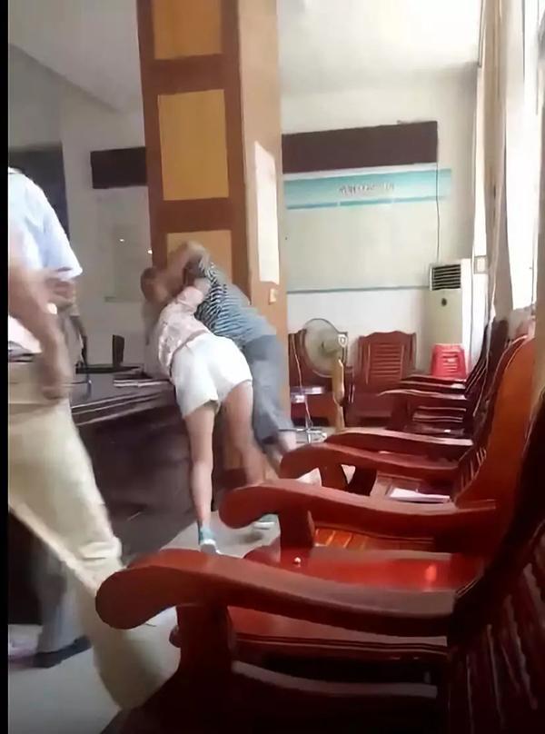 广西1对男女上午在民政局打架 下午高高兴兴领证
