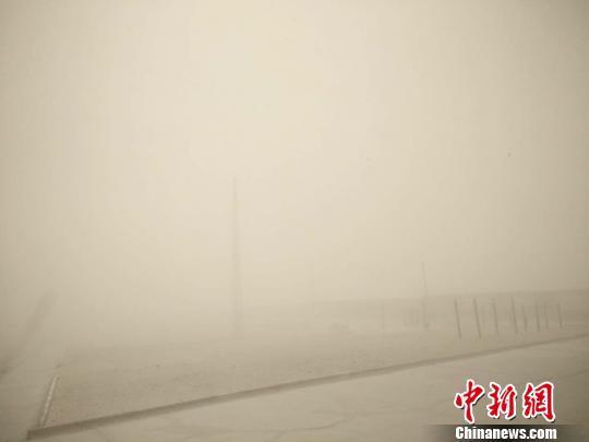 青海柴达木盆地冷湖地区现强沙尘暴 能见度仅30米