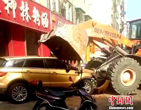 """山西吕梁警方通报""""铲车街头砸车""""视频:系债务纠纷"""