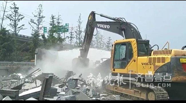 """城管出动无人机""""侦查"""" 3500平方米超期临建自拆"""