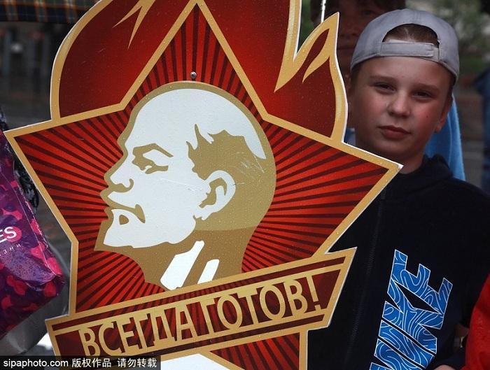 俄罗斯莫斯科红场举行少先队员入队仪式.俄罗斯少年先锋队成立于1922年,曾发挥了重要作用.但苏联解体后,少先队组织规模递减,直到近年来才开始复苏.