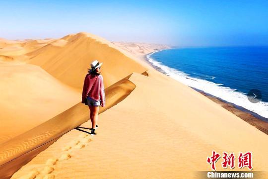 在纳米比亚沃尔维斯湾看沙海相连景观。受访者提供