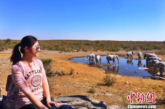 牟昶在艾托沙国家公园享受搜寻野生动物的乐趣。受访者提供