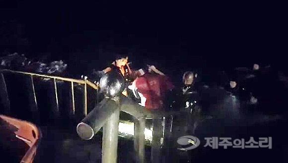 险!中国女子在韩国酒后跳海 海警凌晨将她拖上岸