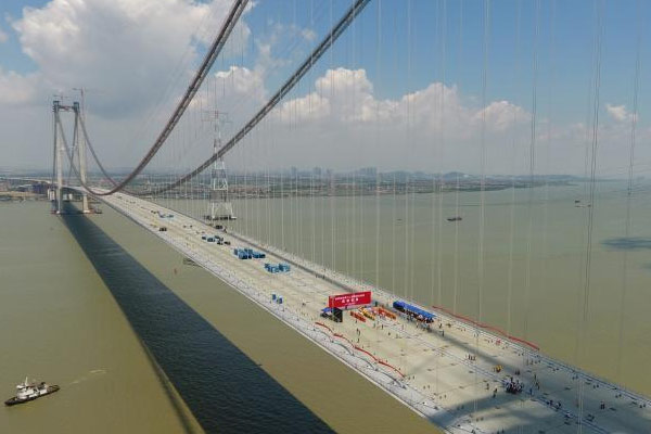 世界第一跨径钢箱梁悬索桥合龙