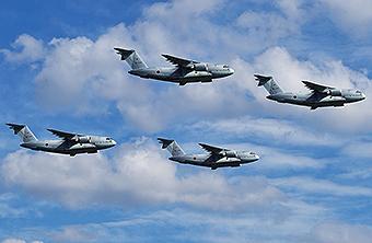 跟运20比产能?日本C2运输机四机编队同框飞行