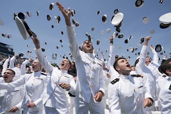美海军军官学校2018毕业典礼举行 学员扔帽子一片欢腾