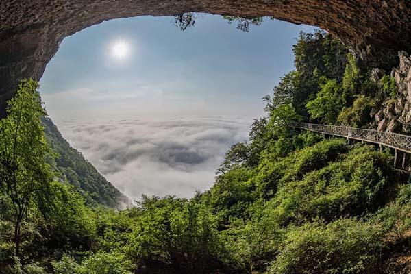 重庆:雨后金佛山云雾缭绕似画作