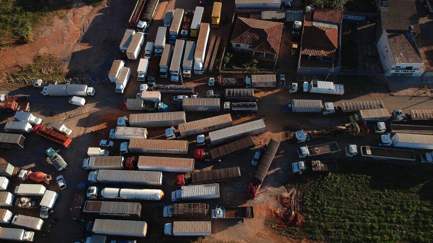 巴西卡车司机闹罢工封锁道路致交通瘫痪 政府派遣军队前往解散路障