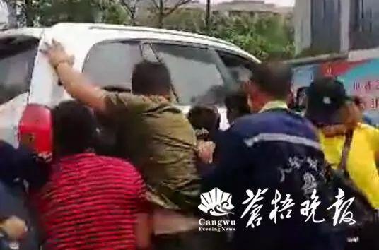 江苏一男子开车加速碾压女子离开 事后被发现跳楼