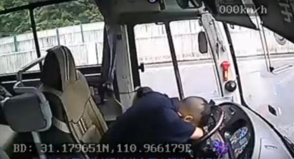 客车司机突发腹部绞痛 用身体撑方向盘保住乘客