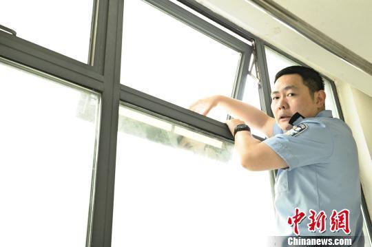 """男子凌晨爬窗被卡19楼窗外 民警用手铐组""""人链""""救援"""