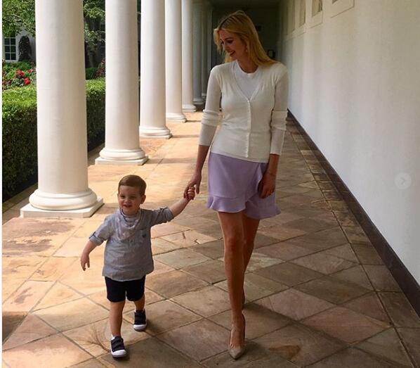 伊万卡携2岁爱子逛白宫 母子俩这组温馨照片火了