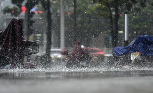 """长江下游地区暴雨如注 车辆""""乘风破浪""""前行"""