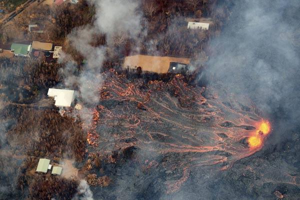 夏威夷基拉韦厄火山持续喷发 岩浆奔涌吞没住宅