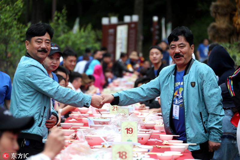 200余名双胞胎迎面而坐同吃长桌宴 如同照镜子
