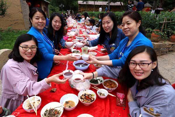 200余名双胞胎迎面而坐同吃长桌宴 如同照镜子场面