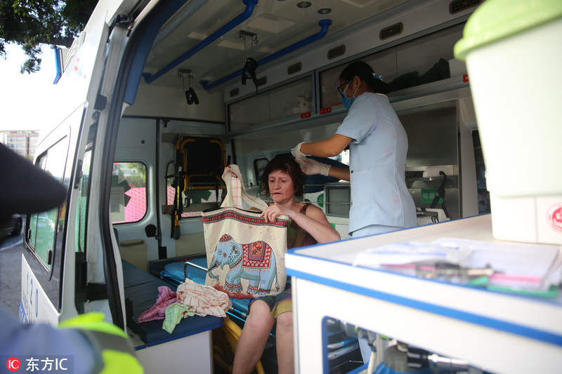 俄罗斯女游客三亚街头晕倒 过往市民热心接力救助