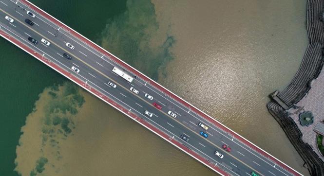 湖北襄阳暴雨过后汉江涨洪水 半边青半边黄