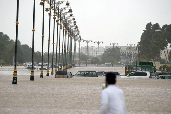 """特强气旋风暴""""梅库拉""""登陆阿曼 街道汽车被淹只露车顶"""