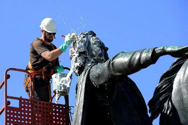 """俄工人清洗彼得大帝雕像 """"洗剪吹""""服务相当周到"""