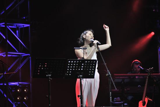 王若琳演唱会京沪暖心开唱  翻唱经典韵味十足