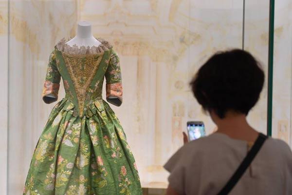 杭州展出300多年前西方贵族服装 引民众欣赏
