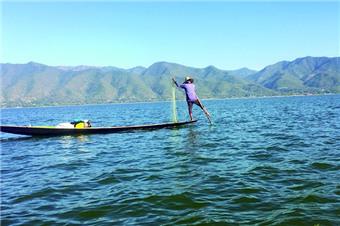 独脚划船的茵莱人