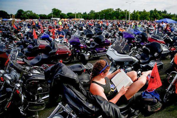 """华盛顿举行""""滚雷""""摩托车游行 各式哈雷云集"""