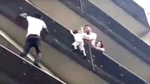 """现实版""""蜘蛛侠"""":男子徒手爬4楼阳台救下小孩"""