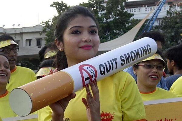印度民众持巨型香烟集会 呼吁禁烟