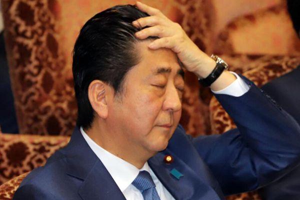 安倍晋三出席参院预算委员会会议 小动作不断