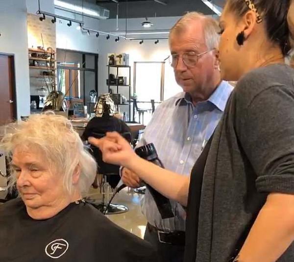 世间有真爱!美老人发廊求学为瘫痪爱妻设计发型