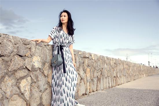 赵涛悠闲漫步  慵懒闲适气质迷人