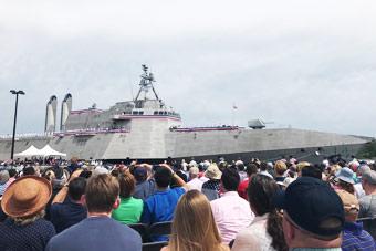 """美国海军又一艘科幻""""星际战舰""""服役"""