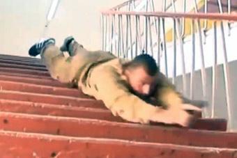 """确定不是在搞笑?俄士兵演示""""滑楼梯""""射击绝技"""