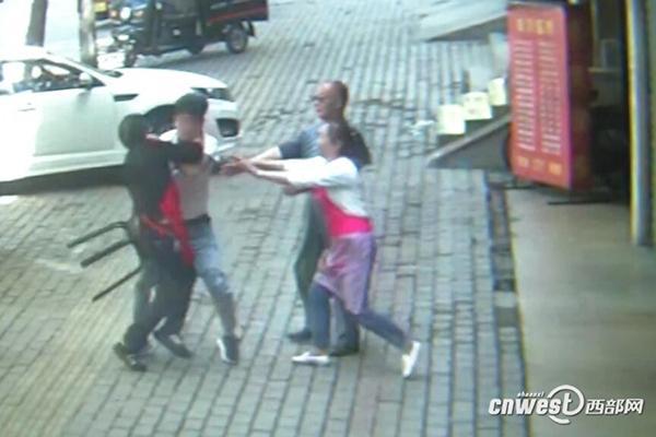 陕西铜川男子因琐事与人发生口角,持斧砍门被拘留15天