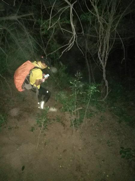 女子凤凰岭爬山迷路失联40小时 救援队连夜搜救