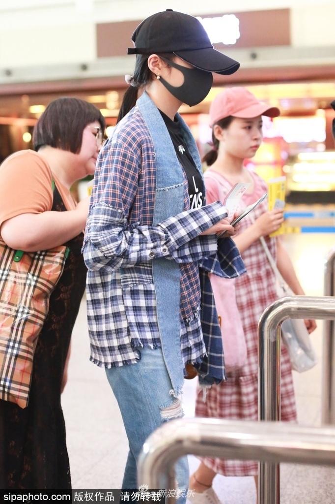 关晓彤现身机场戴口罩帽子包裹严实 外八字走路带风