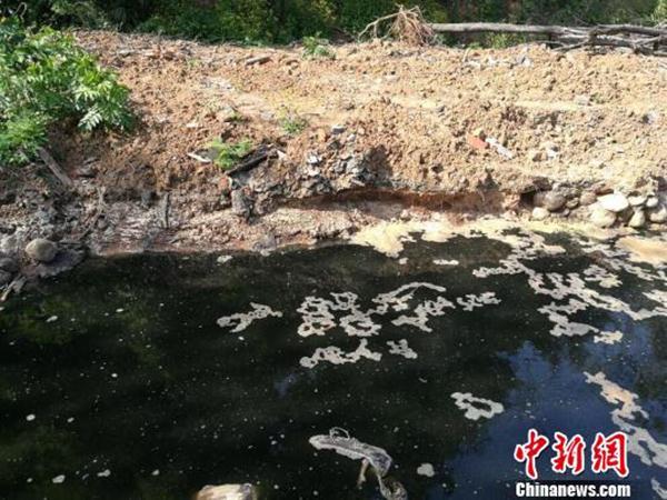 湖北宜都一公司厂区旁挖坑排放重金属废水,部分自流至长江