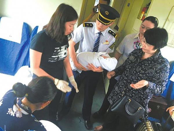 孕妇火车上分娩 护士紧急在车厢内接生