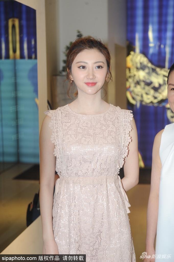 景甜上海出席活动 身着浅色连衣裙笑容甜美