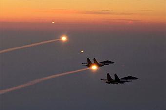 美爆了!重型战机海上训练和热焰弹齐飞