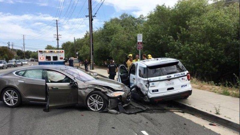 疯起来自己都怕 自动驾驶的特斯拉撞残警车