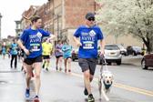 视障男子带导盲犬跑步 参加多场马拉松赛事