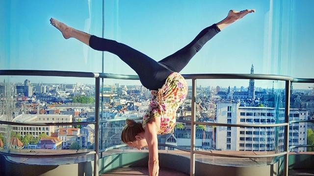 瑞典孕妈挺大肚做极限运动 倒立攀岩样样行