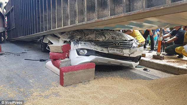 泰男子开车遭25吨大卡车压顶后奇迹生还
