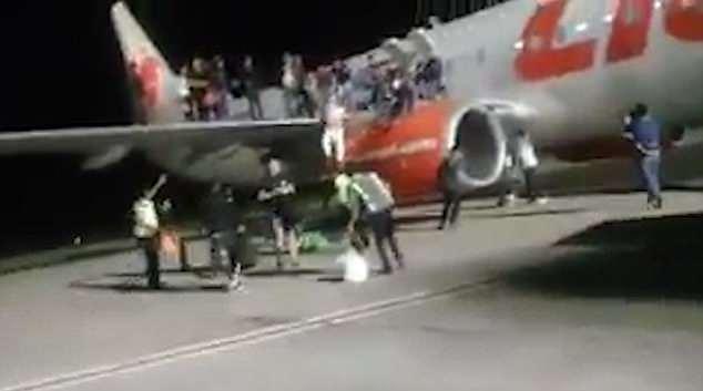 印尼一乘客谎称飞机上有炸弹 引发恐慌致10人受伤