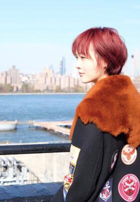 """青春励志大剧《在纽约》杀青 何杜娟上演""""红发小魔女"""""""
