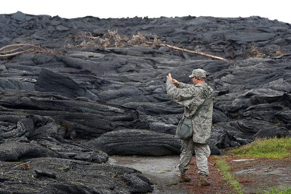 夏威夷火山熔岩切断公路 现场如临外星